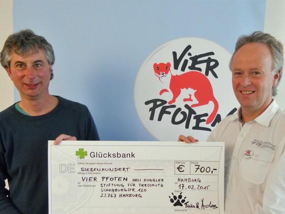Andreas verteilt Spendengelder seiner Vortragsbesucher